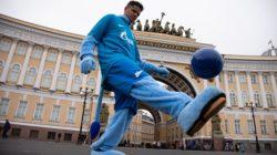 Защитник «Зенита» Дуглас Сантос прогулялся по Петербургу в образе Синегривого льва