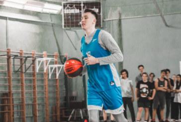 Игроки молодежной команды «Зенит-М» провели урок физкультуры в школе №222